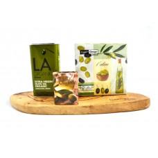 Houten tapasplank met olijfolie en servetten